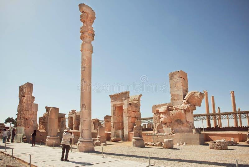 Imponująco ruiny Persepolis i turyści robi photopictures antyczny miasto obraz royalty free