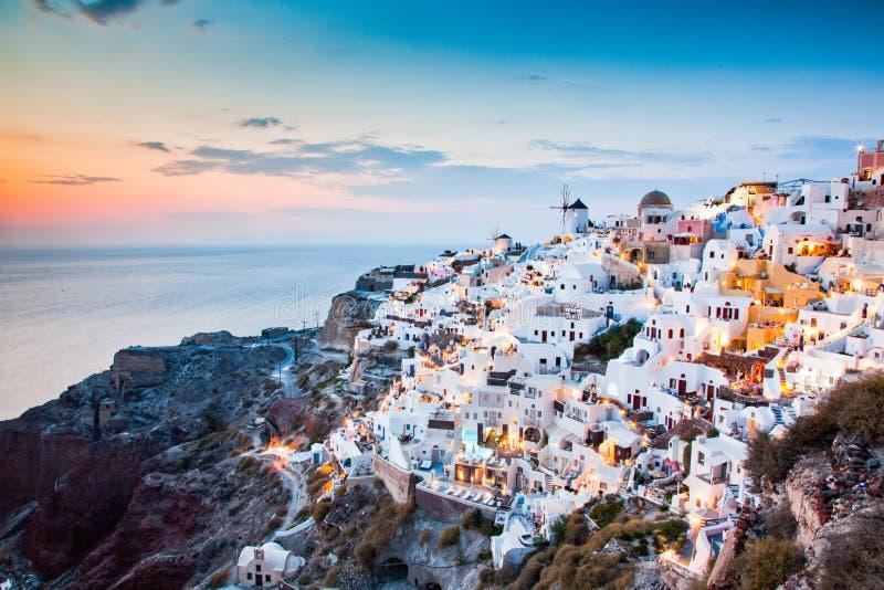 """imponujÄ…cy widok na wyspÄ™ Santorini. Wiosna zachodnia sÅ'oÅ""""ca na sÅ'ynnym greckim kurorcie Oia, Grecja, Europa. Podróże zdjęcia stock"""