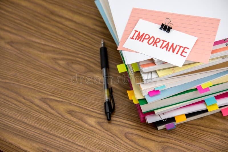 Important ; La pile des documents d'entreprise sur le bureau photo libre de droits