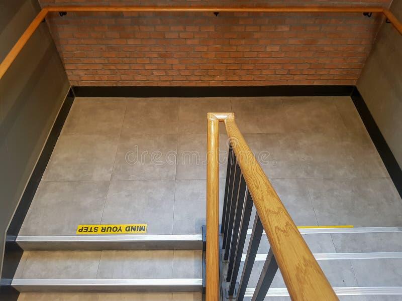 Importe de su muestra del paso impresa en el suelo de baldosas sobre la escalera imágenes de archivo libres de regalías