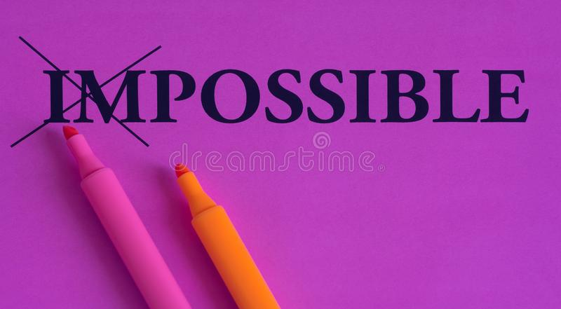 Impossible est possible, les mots sur un fond lumineux, concept, art, changement, motivation, pourpre, rose, orange, marqueur, ba illustration stock