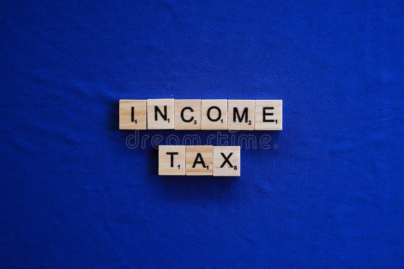 Imposta sul reddito su fondo isolato fotografie stock