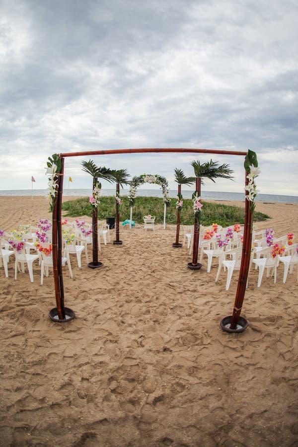 Impostazione di cerimonia nuziale di spiaggia immagini stock libere da diritti
