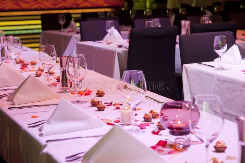 Imposti la tabella del ristorante per il occation speciale immagini stock