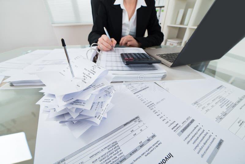 Imposto calculador da mulher de negócios imagem de stock