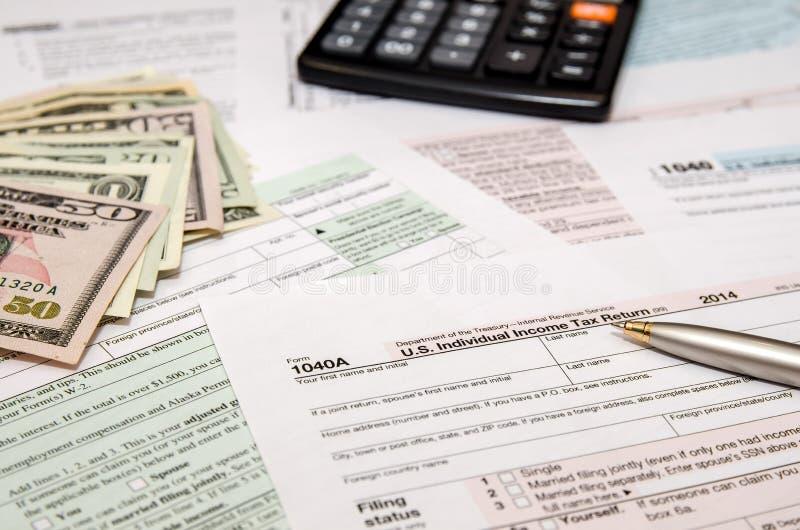 Impostos federais de arquivo para o reembolso - formulário de imposto 1040 imagens de stock royalty free