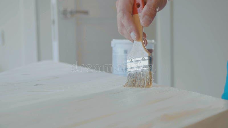 Impregnación de paso de madera diagonalmente dispuesto con un cepillo imagen de archivo