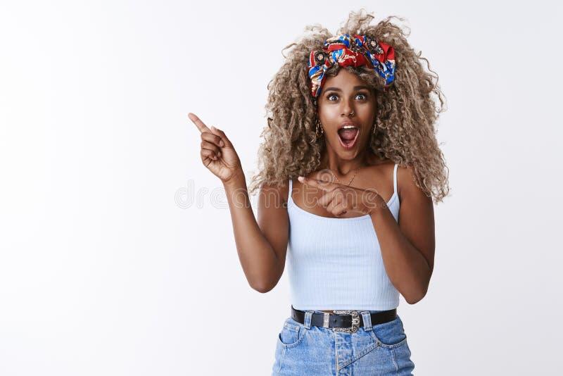 Impregnerade, bedövade afrikanskt-amerikanska blond hona med stilt hipster-huvudband, med öppen mun och gasning förbluffad royaltyfri bild