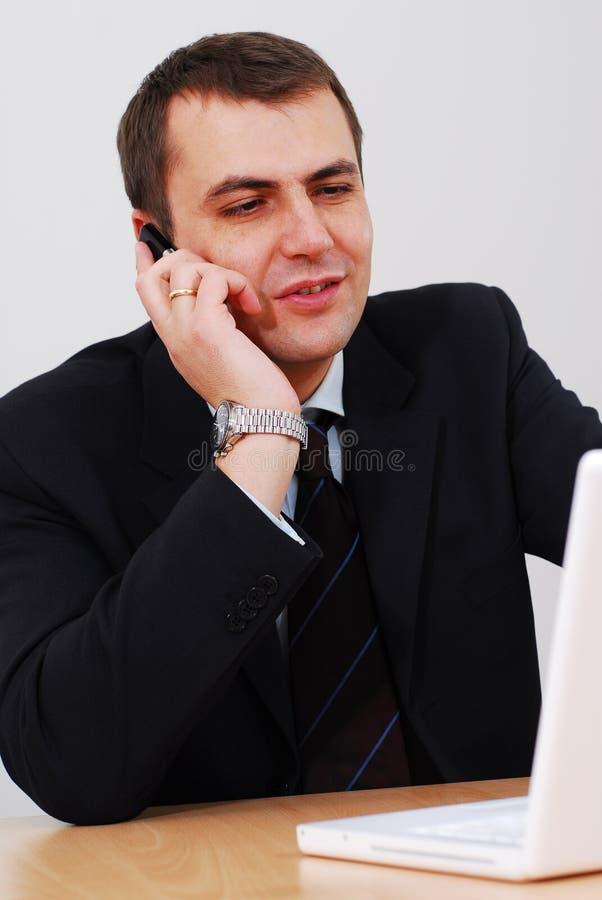 Imprenditore che ha conversazione di telefono immagini stock
