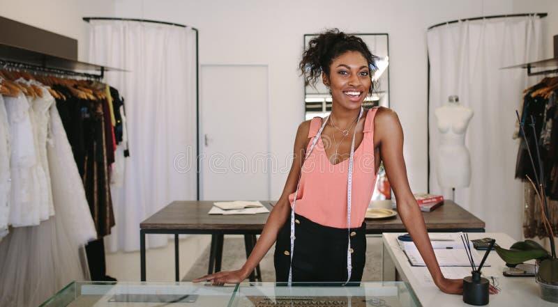 Imprenditore della donna sul lavoro nel suo boutique di modo fotografia stock libera da diritti