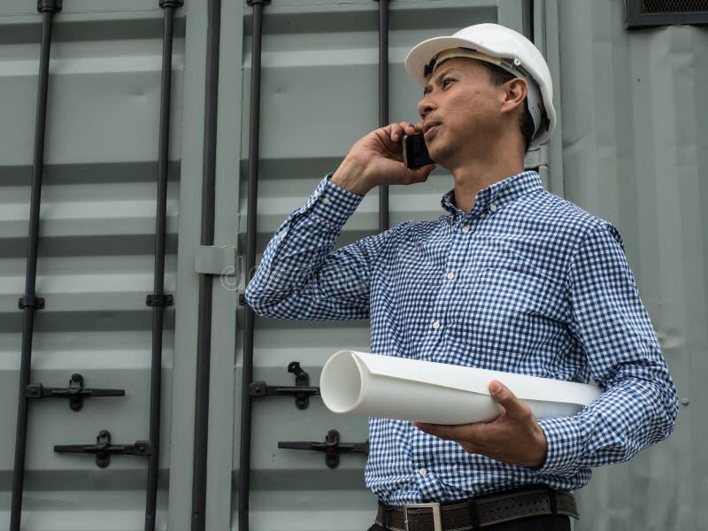 Imprenditore edile occupato dell'ingegnere dell'Asia sul lavoro fotografia stock libera da diritti