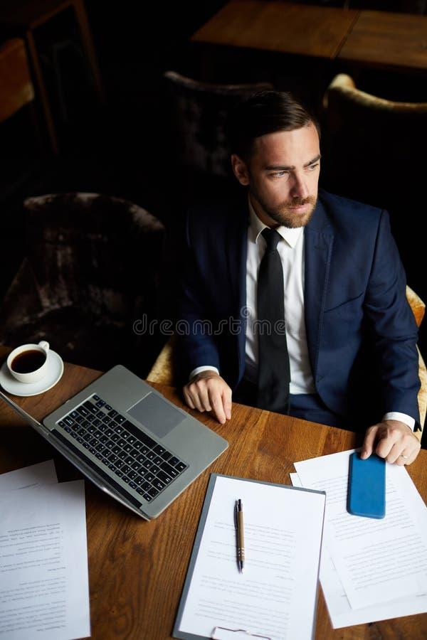 Imprenditore elegante brutale in caffè di affari immagini stock libere da diritti