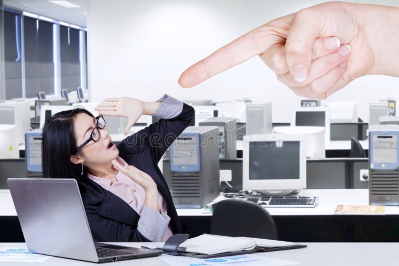 Imprenditore femminile che ottiene intimidazione immagini stock