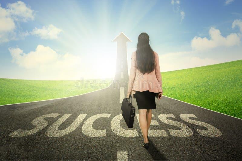 Imprenditore femminile con la freccia e la parola di successo fotografia stock libera da diritti