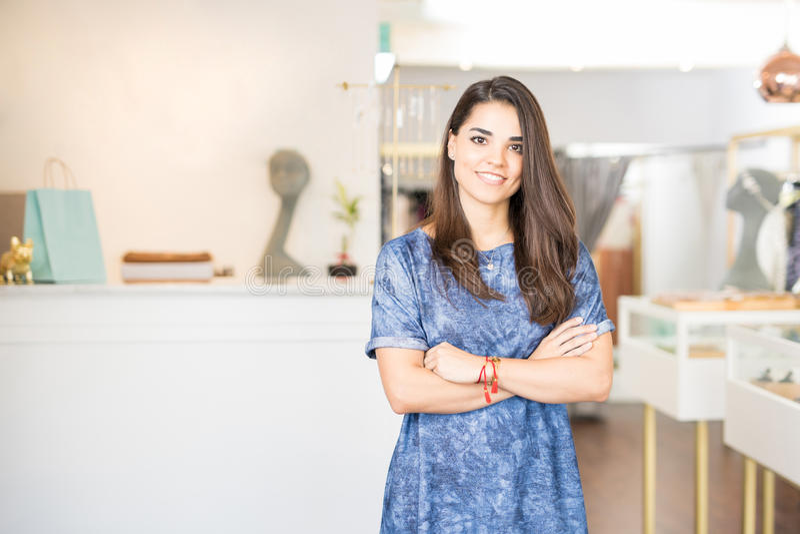 Imprenditore latino in una gioielleria immagine stock