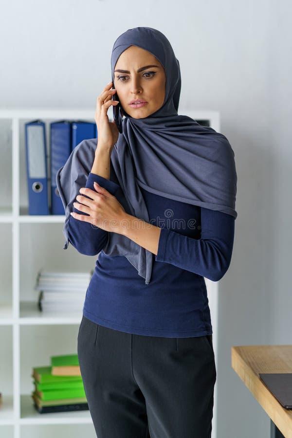 Imprenditore musulmano femminile triste fotografia stock libera da diritti