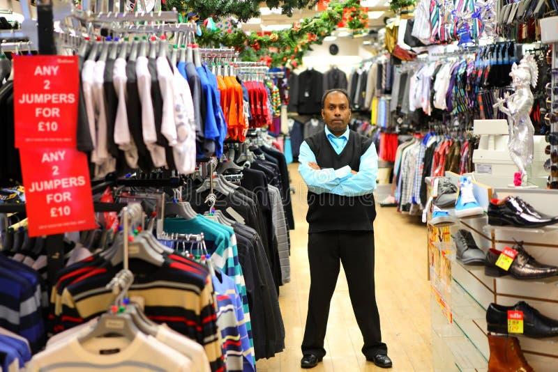 Imprenditore nel deposito dettagliante dei vestiti fotografie stock libere da diritti