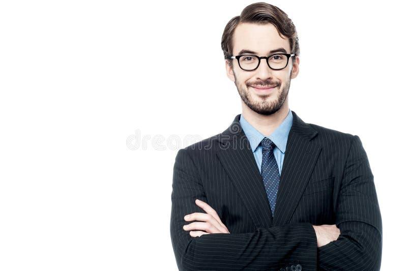 Imprenditore sicuro che posa sopra il bianco fotografia stock libera da diritti