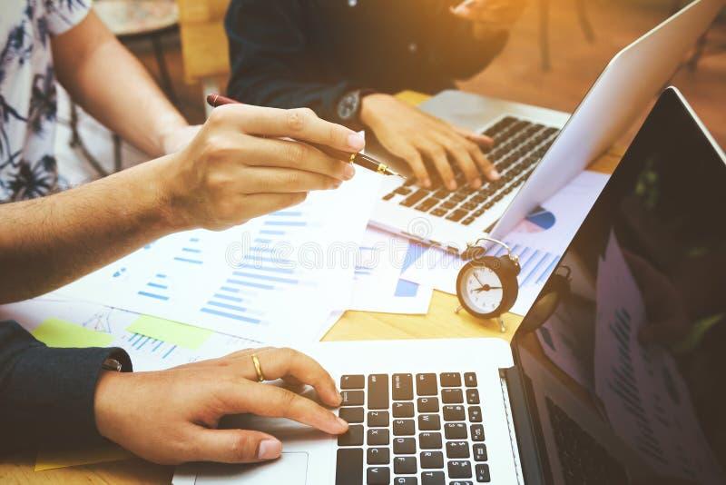 Imprenditori online dei rivenditori che indicano il computer portatile e il enj dello schermo immagine stock