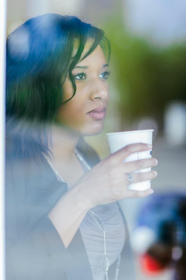 imprenditrice afro - americana con una tazza di caffè per colazione fotografia stock libera da diritti