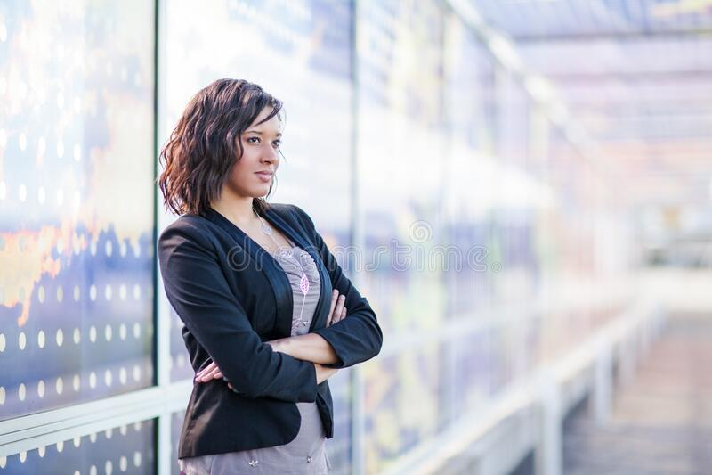 imprenditrice afroamericana in piedi all'aperto fotografia stock libera da diritti