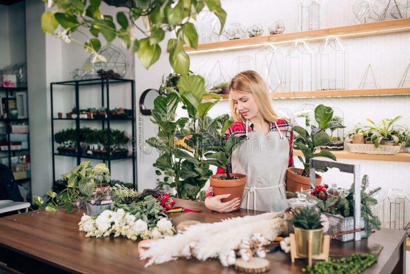 imprenditrice caucasica di fiori e piante fotografia stock