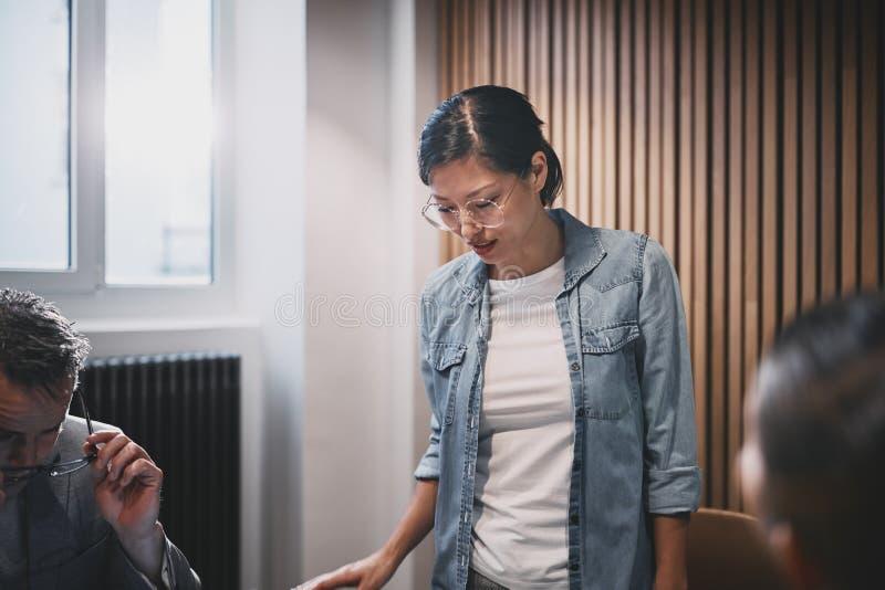 Imprenditrice incontra il personale in un ufficio fotografie stock libere da diritti