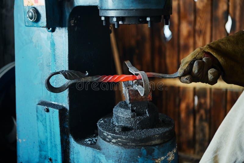 Imprensa de forjamento Fabricante de artigos decorativos do ferro forjado para foto de stock