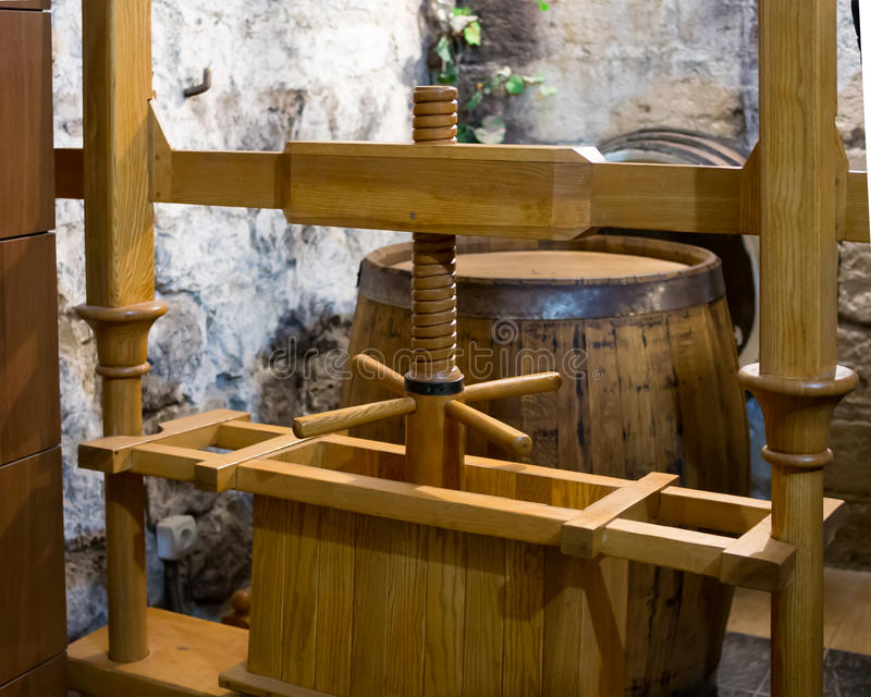 Imprensa de madeira antiga para produzir o suco de uva fotos de stock