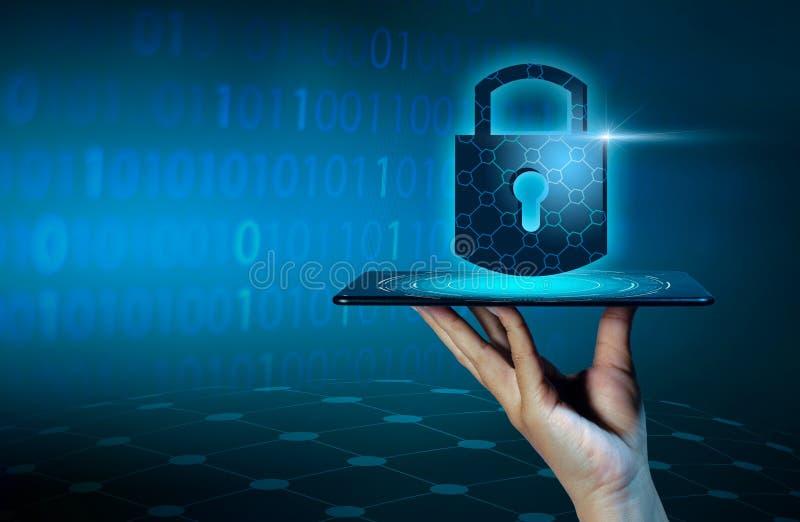 Imprensa destravada da mão do telefone do Internet do fechamento do smartphone o telefone a comunicar-se no Internet Protecti da  fotos de stock