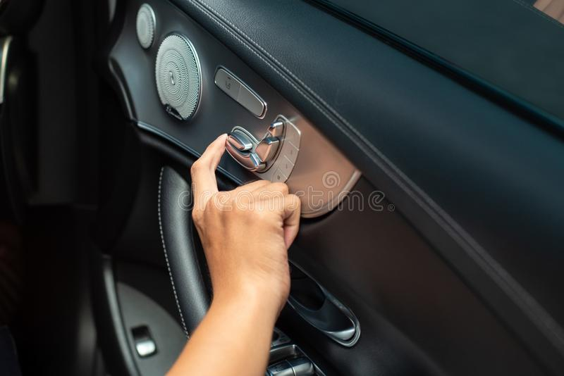 Imprensa do dedo no botão para ajustar Seat fotografia de stock royalty free