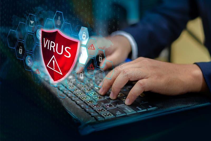 A imprensa inscreve o botão da exclamação vermelha protetora do vírus do protetor do computador do teclado no computador de adver fotos de stock