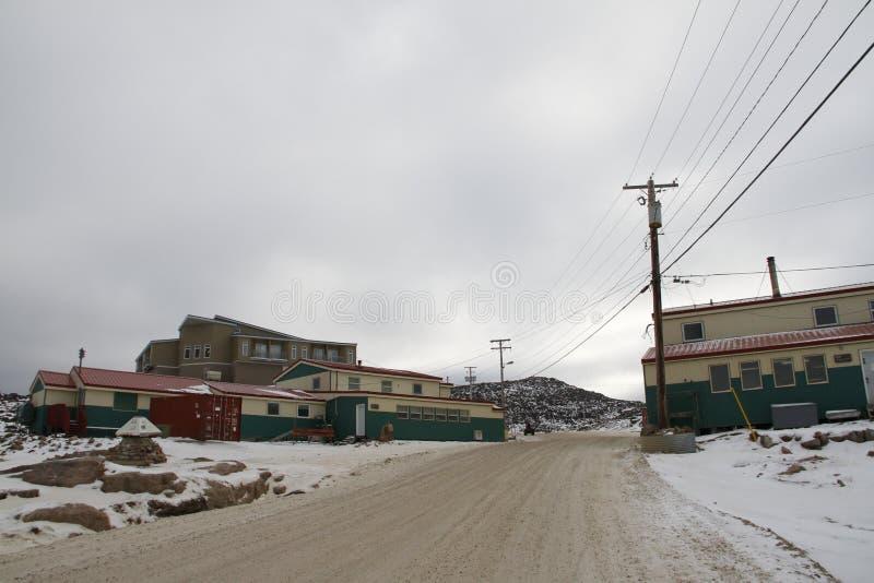 Imprenta de las bellas arte de Dorset y tienda de la litografía en el cabo Dorset Kinngait Nunavut fotografía de archivo
