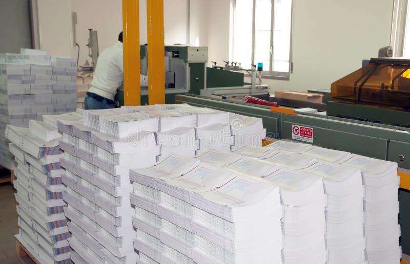Imprenta: línea de acabamiento de la prensa del poste imagenes de archivo