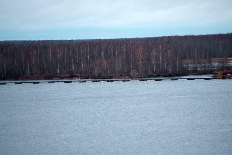 Impresa di piscicoltura nello stretto del fiume fotografie stock