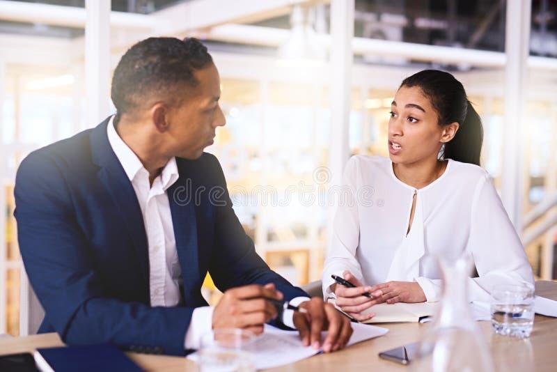 Impresaryjna kobieta robi biznesowej propozyci zamożny męski inwestor zdjęcia royalty free