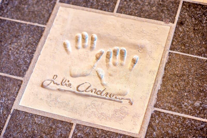 Impresión de la mano de Julie Andrews en Cannes fotos de archivo libres de regalías