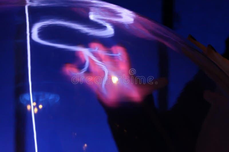 Impresión de la mano en esfera del plasma foto de archivo