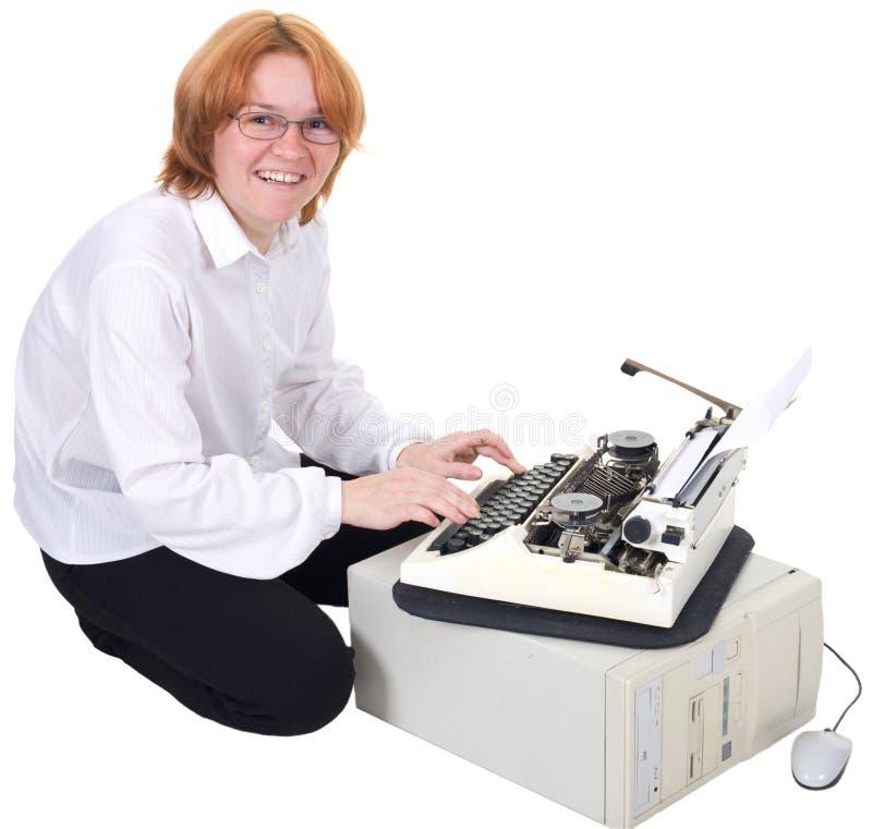 Impresión de la muchacha en una máquina de escribir foto de archivo