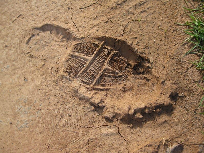 Impresión del pie en suelo rojo fotografía de archivo libre de regalías
