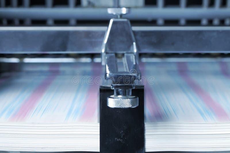 Impresión en el papel en la imprenta imágenes de archivo libres de regalías