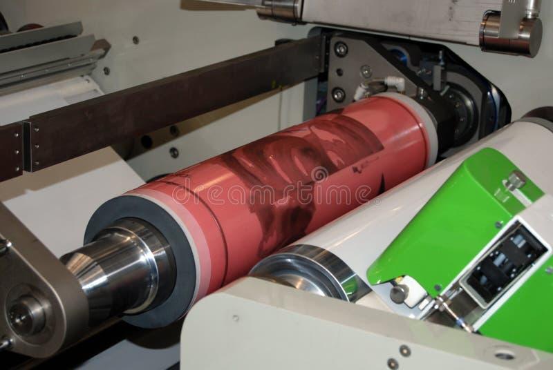 Impresión ULTRAVIOLETA de la prensa del flexo foto de archivo