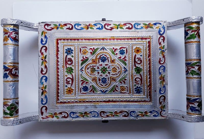 Impresión viva de una caja de plata agradable y colores sobre ella fotografía de archivo libre de regalías