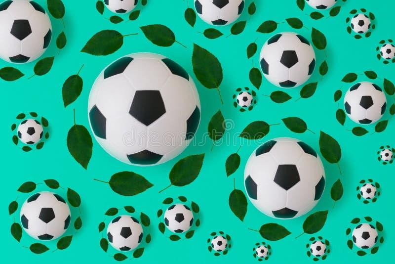 Impresi?n del bal?n de f?tbol con las hojas verdes stock de ilustración