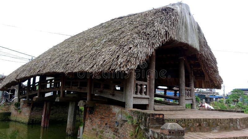 Impresionado por el puente antiguo hizo de ironwood con los tejados de la hoja fotografía de archivo libre de regalías