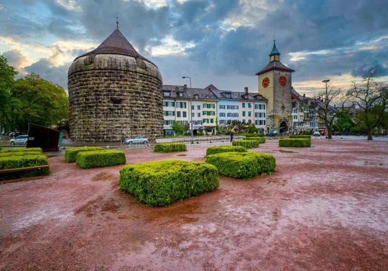 Impresionante vista de Amthausplatz con torres Burristurm y Bieltor, Solothurn, Suiza foto de archivo libre de regalías