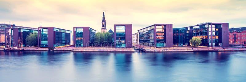 Impresionante vista de edificios modernos y de la iglesia en la costa de Copenhague, Dinamarca Lugares increíbles y exóticos Turi foto de archivo