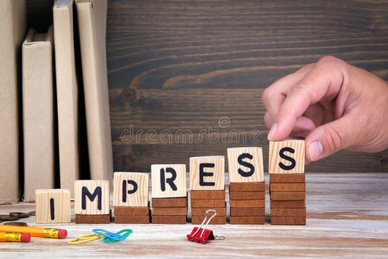 Impresione el concepto Letras de madera en el fondo del escritorio de oficina, informativo y de la comunicación imagen de archivo
