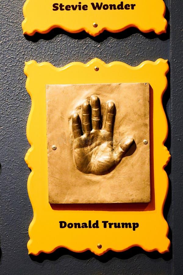 Impresiones de la mano con la inscripción en el hormigón del presidente de los Estados Unidos de América Donald Trump imagen de archivo
