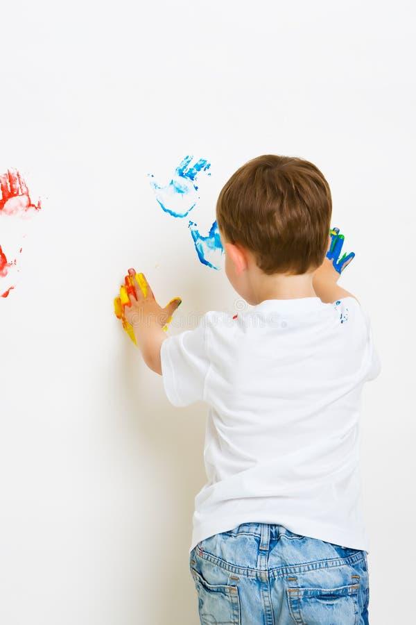 Impresiones de la mano del niño en la pared fotografía de archivo